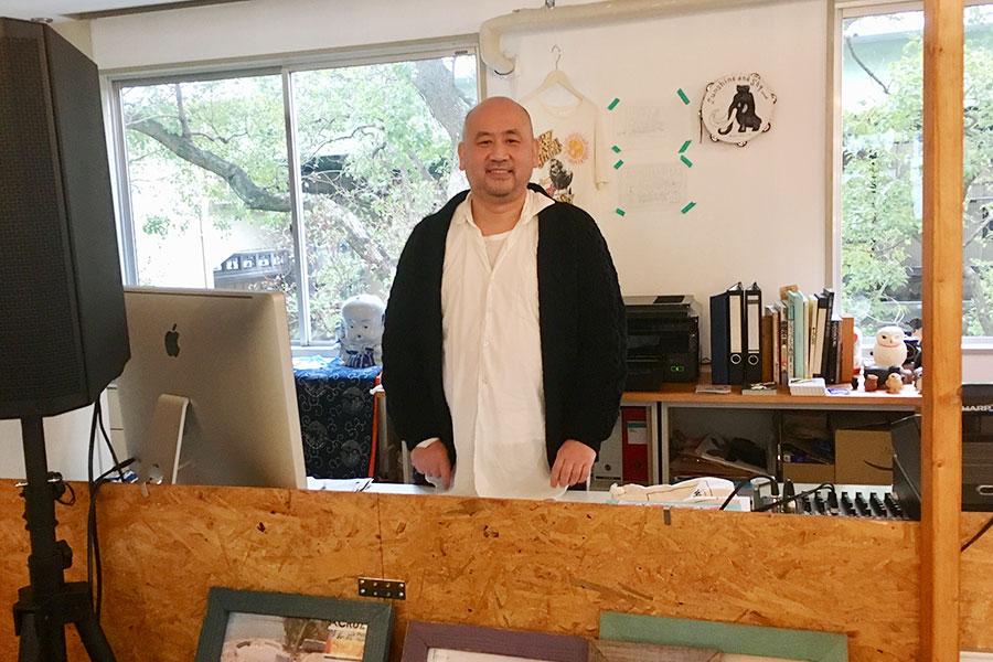 店主のスギマエマサトさん、Tシャツやトートバッグといったお店のオリジナルだけでなく、幅広いジャンルとのコラボアイテムなどの企画もおこなっていきたいとのこと