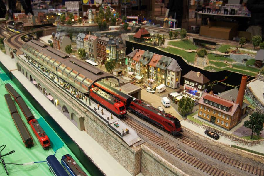 奥がオーストリアの看板列車「Railjet」、手前はドイツ国鉄の機関車