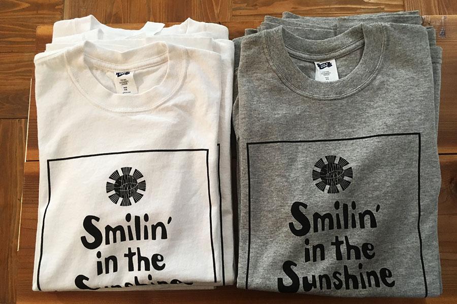 オリジナルTシャツの店名ロゴも安齋肇がデザイン。Tシャツ各3,900円(税別)