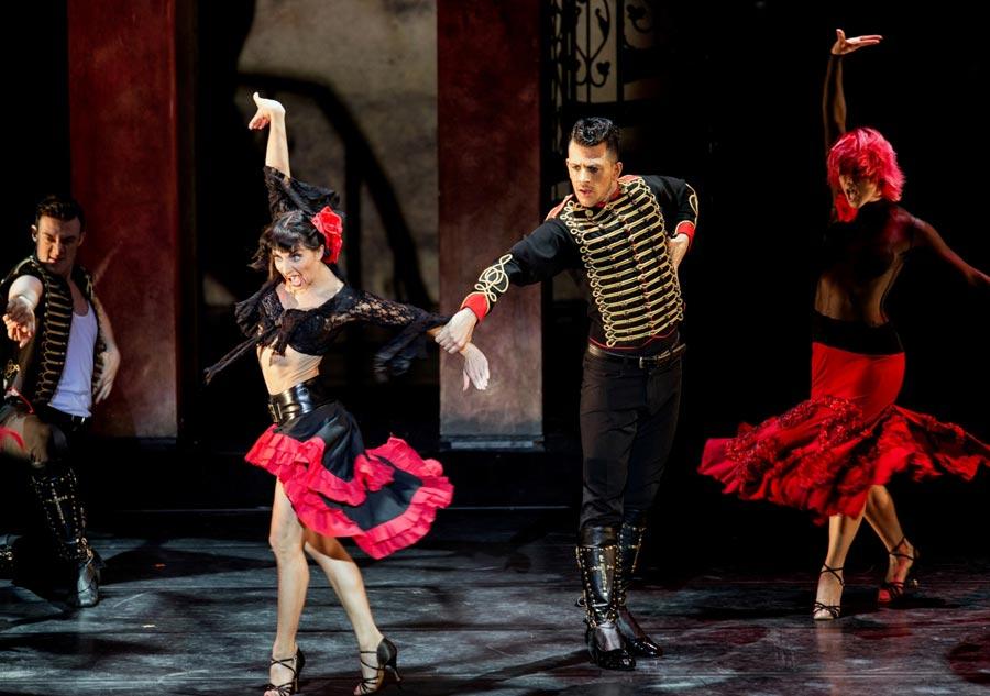 男女の恋の駆け引きを、フラメンコ風の激しいステップで見せ、文字通り、燃えるように凄まじい技とパワーで踊るダンサーたち