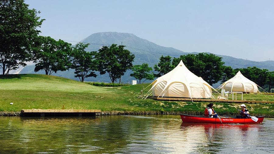 全部屋に専用のカヌーが設置。奥はスライムのような形状のロータステント