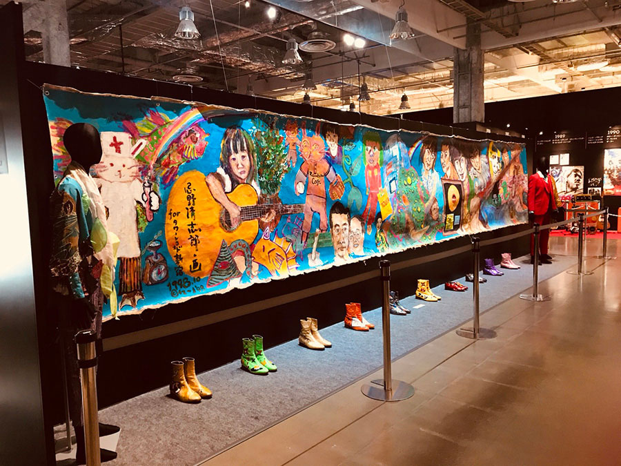 「忌野清志郎展」より 9mの絵画や衣装類