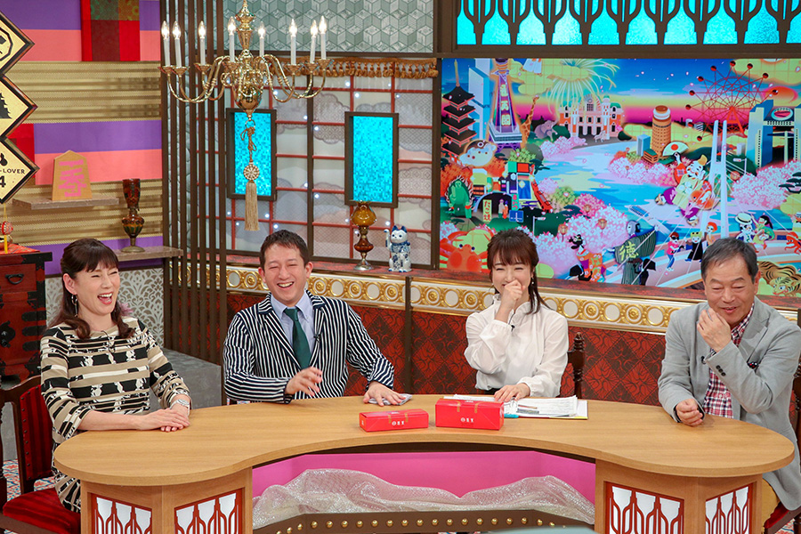 (写真左から)秋野暢子、高橋茂雄、川田裕美、月亭八方が、豚まんに大喜び