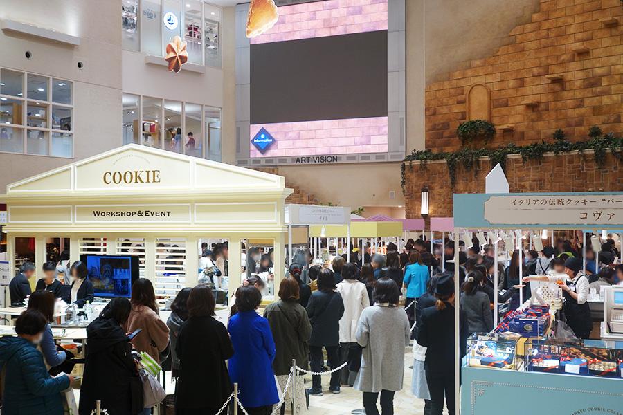 芦屋「マモン・エ・フィーユ」、東京の「アトリエうかい」のコーナーも早々に完売