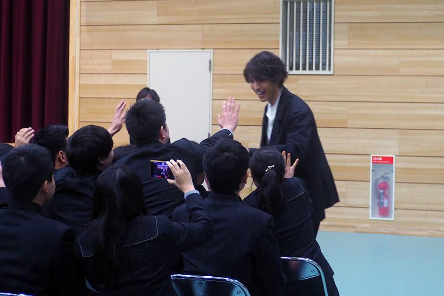 比叡山高校にサプライズで登場した俳優の福士蒼汰(28日・滋賀県大津市)