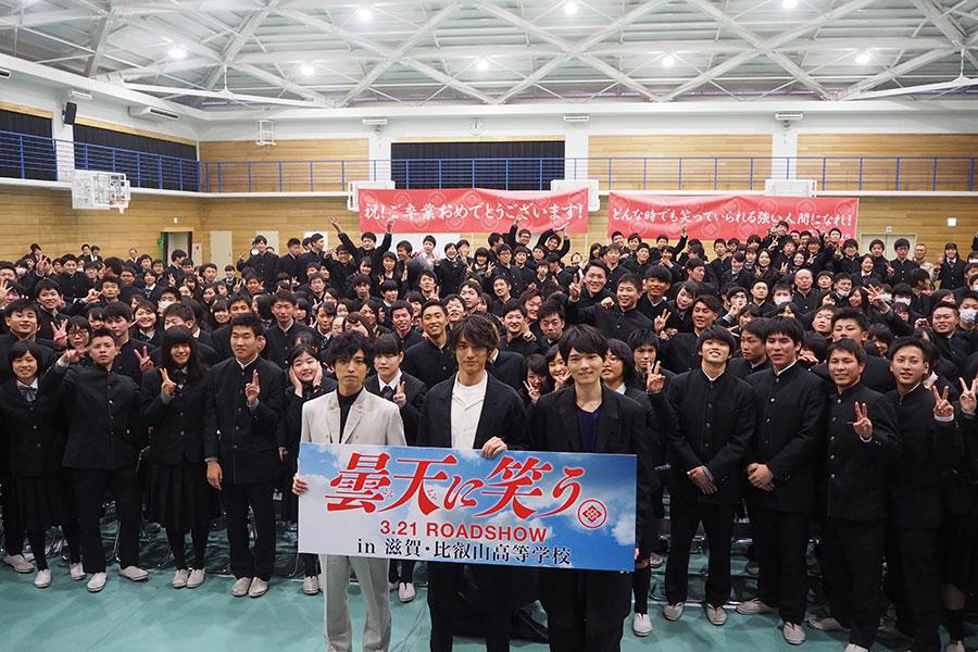 イベントの最後には比叡山高校の生徒400人と記念撮影(28日・滋賀県大津市)