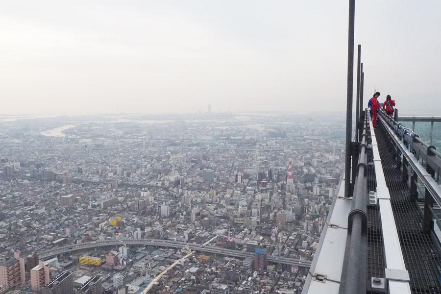 日本一高いビルのてっぺんで、その端に設置されたデッキ。さえぎるものがなにもない