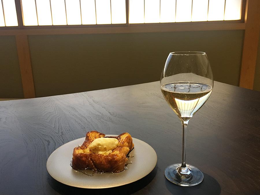 ハチミツとバニラアイスを添えたプレーン900円。シャンパン「ヴーヴ・クリコ」1800円