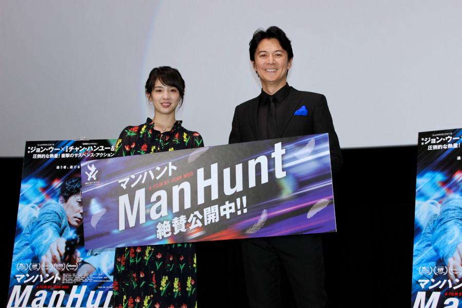 映画『マンハント』の舞台挨拶に登場した福山雅治(右)と桜庭ななみ(18日・大阪市内)