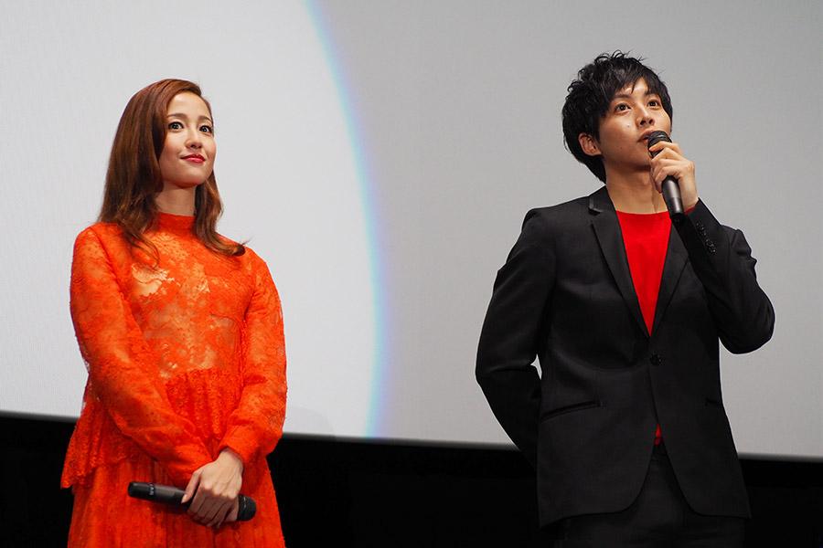 左から、女刑事役の沢尻エリカと、主人公・宇相吹を演じた松坂桃李(3日・大阪市内)