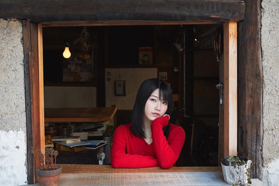 横山由依が演じるのは、目つきが悪く無愛想で、すぐ人をギロリと睨んでしまう京女