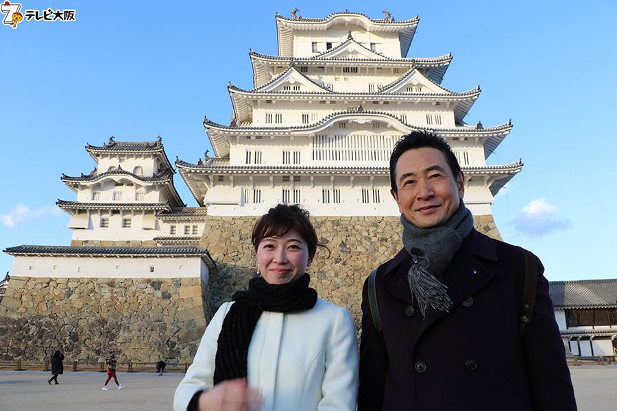 世界遺産の姫路城前で、左から山口美香、三田村邦彦