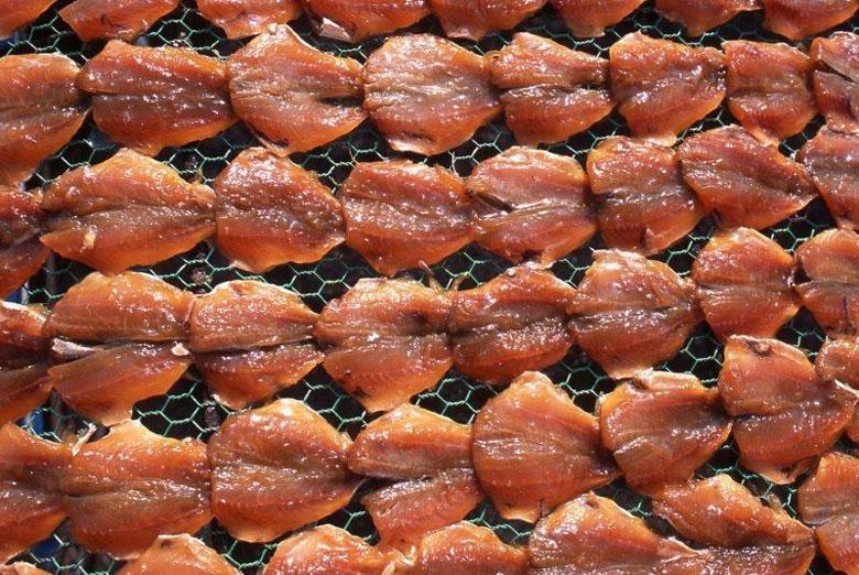 均等に配置され幾何学的に美しく並ぶ干物(写真提供:新野大氏)