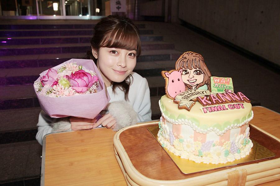 自身の似顔絵と「WA!カバちゃん」が描かれた誕生日ケーキに感激する橋本環奈