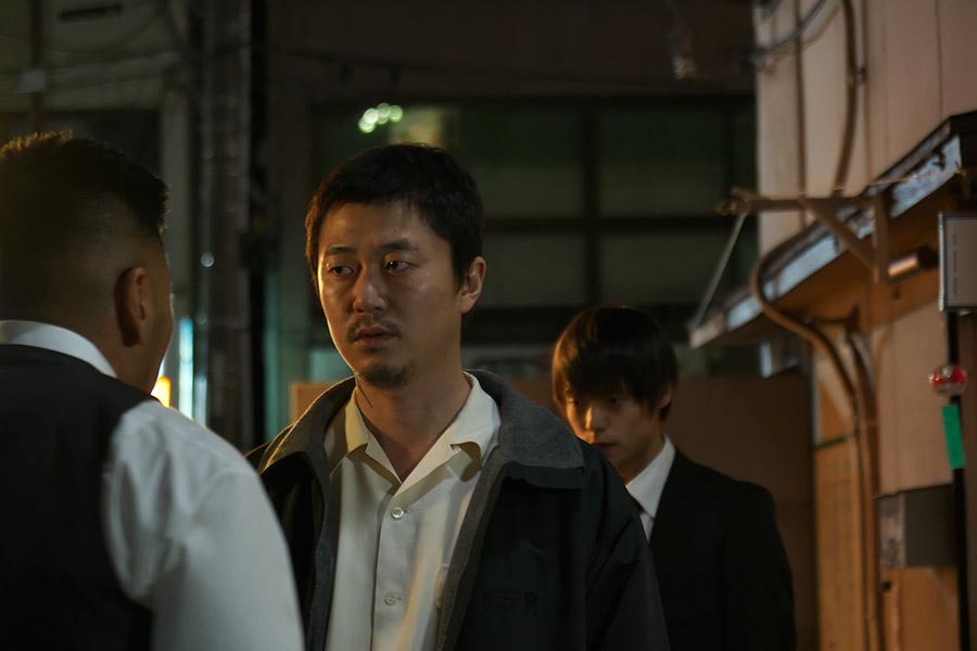 凶暴でトラブルメーカーの兄を演じた新井浩文 © 2018「犬猿」製作委員会