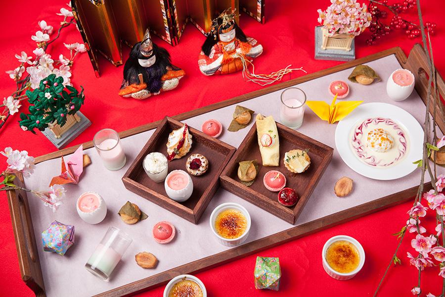 最初にテーブルにサーブされる20種のスイーツは、ひな祭りをイメージ
