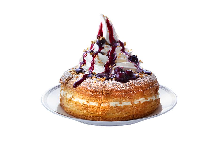デニッシュパンの上にはソフトクリームとブルーベリーソースがたっぷり