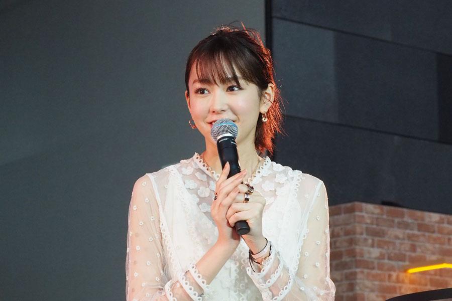 ブルガリの新作ジュエリーを身につけて登場した桐谷美玲(22日、大阪市内)