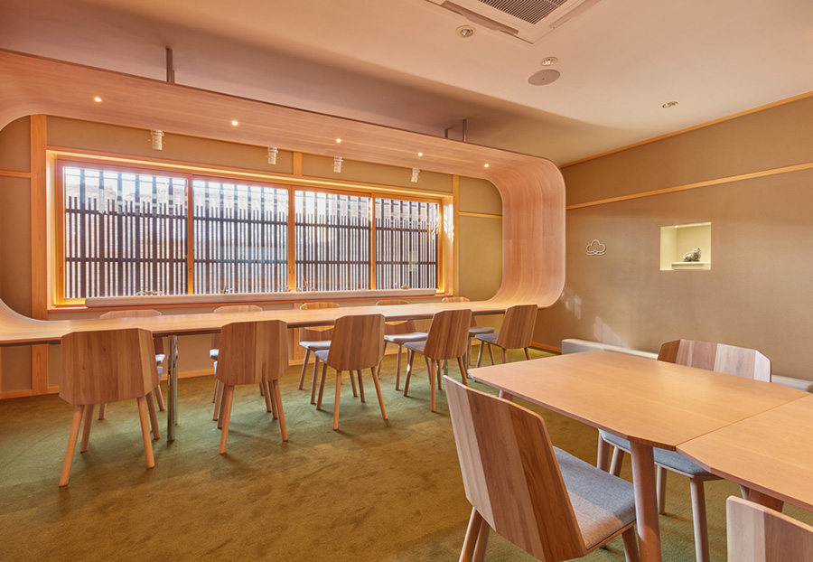 大きな曲げ木が印象的なカウンター席やテーブル席のほか畳の小上がりもある