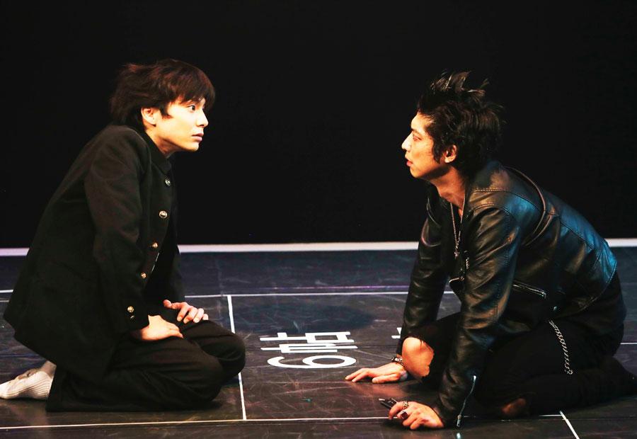 W主演の宮崎秋人(左)と鈴木裕樹 『おたまじゃくし』東京公演より