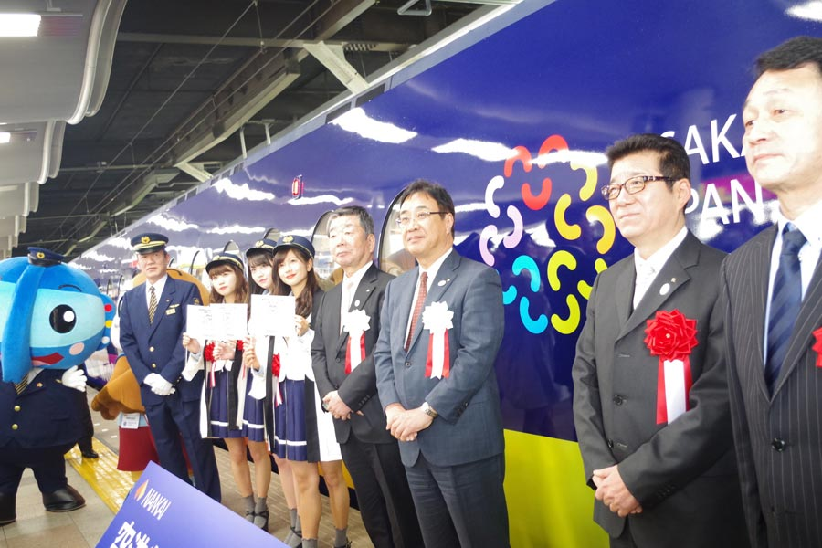 出発式には、松井知事(右から二人目)をはじめ、もずやんやNMB48も参加