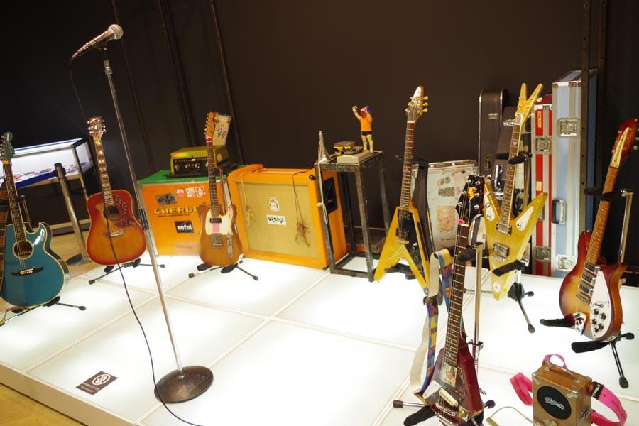 ギターのみならず、アンプ、エフェクターなど彼が使用した品々が展示