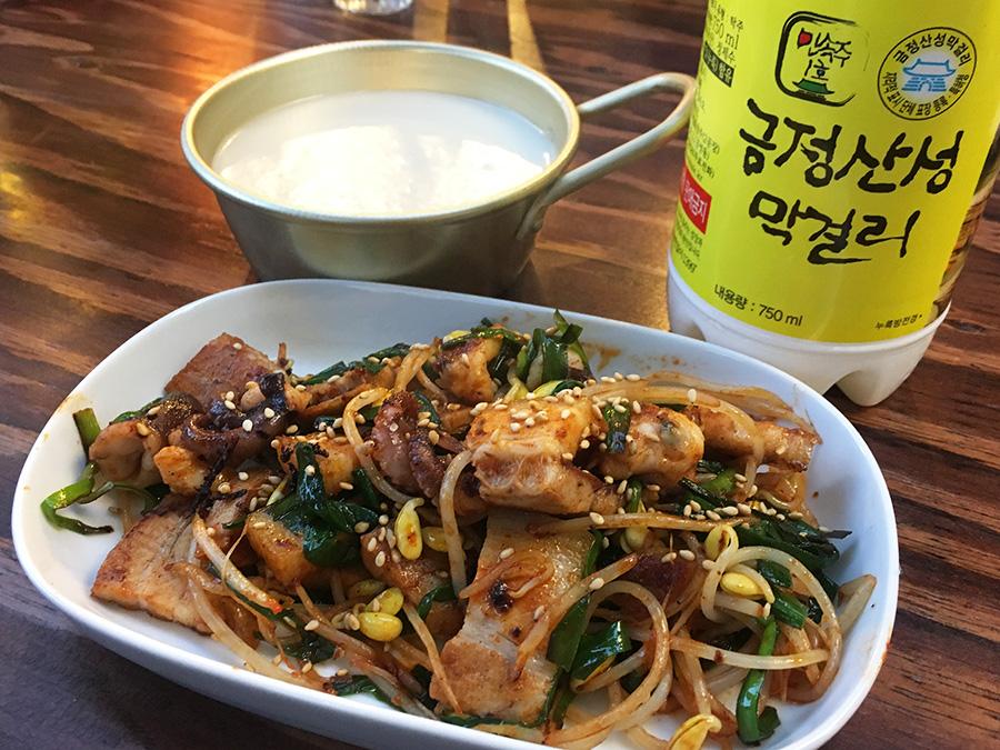「ピニョ食堂」は、ホルモン鉄板料理が楽しめる「鉄板炭火韓国酒場 sulsul」をオープン。500円前後のメニューが中心