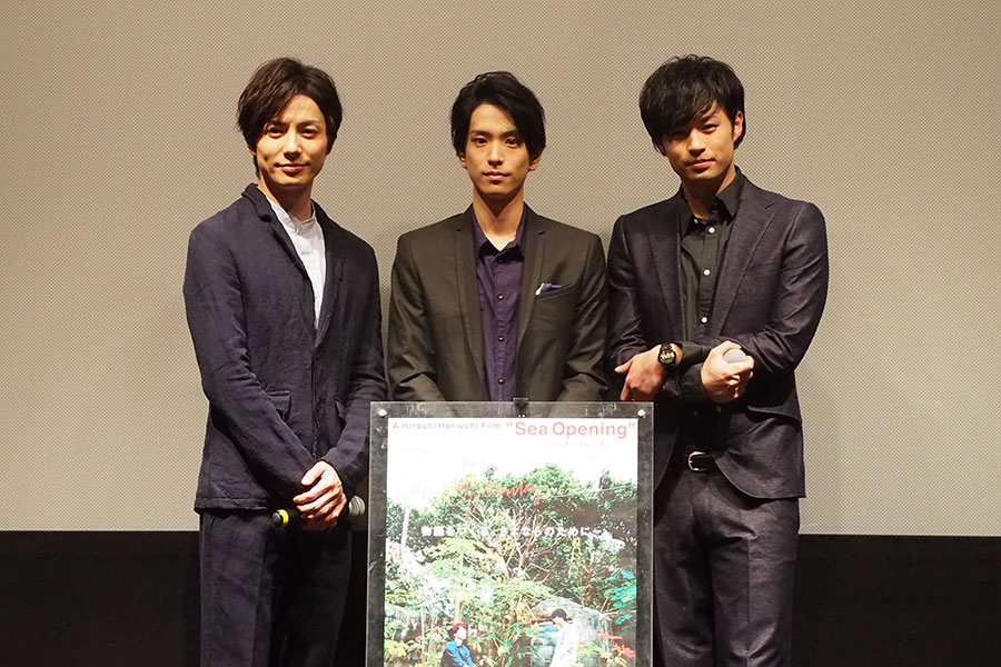 映画『Sea Opening』の舞台挨拶に登場した(左から)和田琢磨、黒羽麻璃央、佐伯大地(11日、大阪市内)