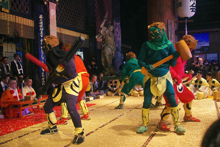 鬼踊りでは足を踏む音を和太鼓で、勢いよく踊る風の音をほら貝で表現。最初は悪さをするが改心する(3日・奈良県吉野郡)
