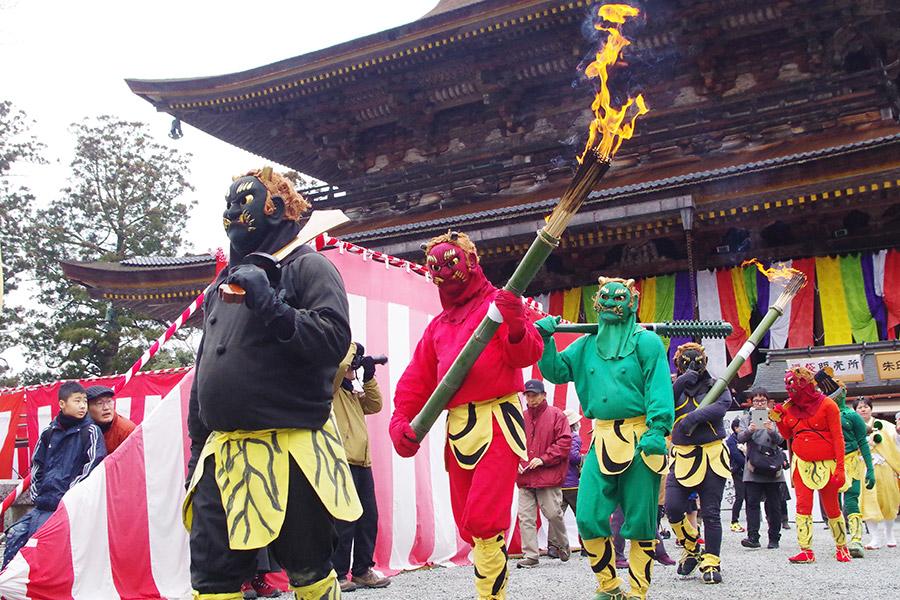 改心した鬼たちは行事の手伝いをし、参拝者にもやさしくなる(3日・奈良県吉野郡)