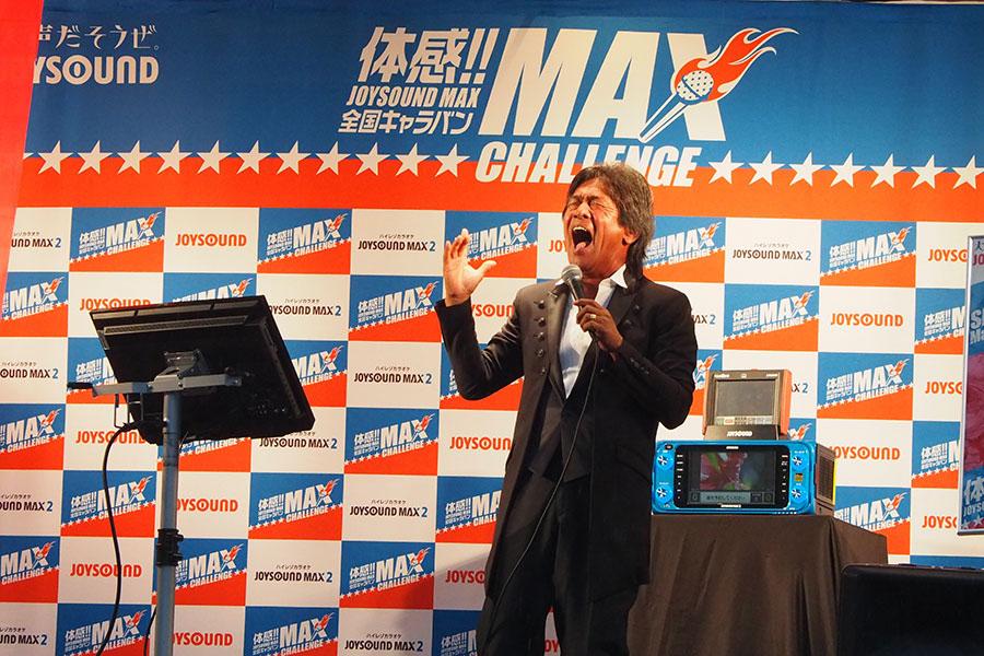 ライブ会場さながらに大熱唱する松崎しげる(10日、大阪市内)