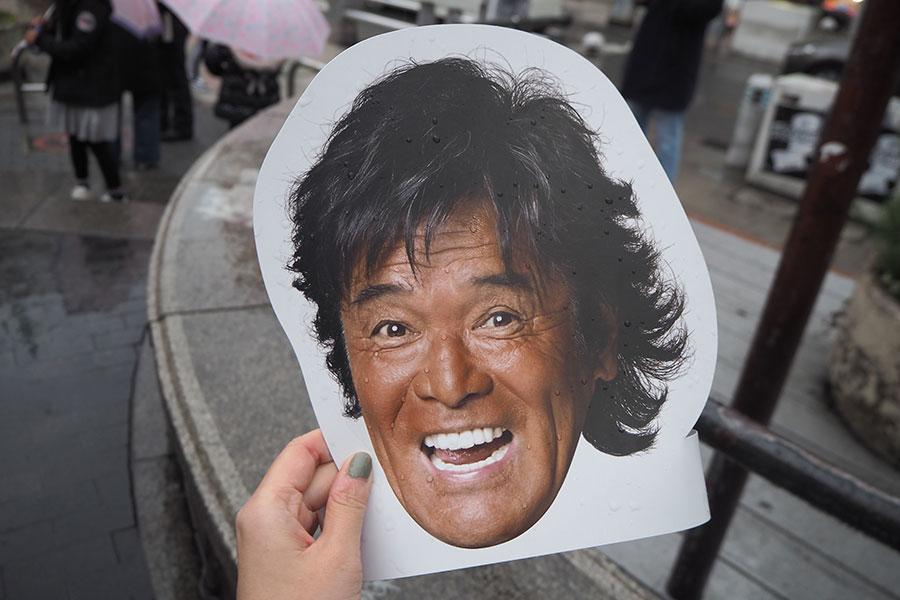 イベント前、三角公園にて配られた「松崎しげるお面」