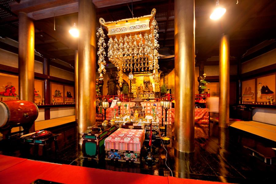 第二十二番札所「総持寺」では、亀の背に乗る珍しい姿の観音様を特別公開
