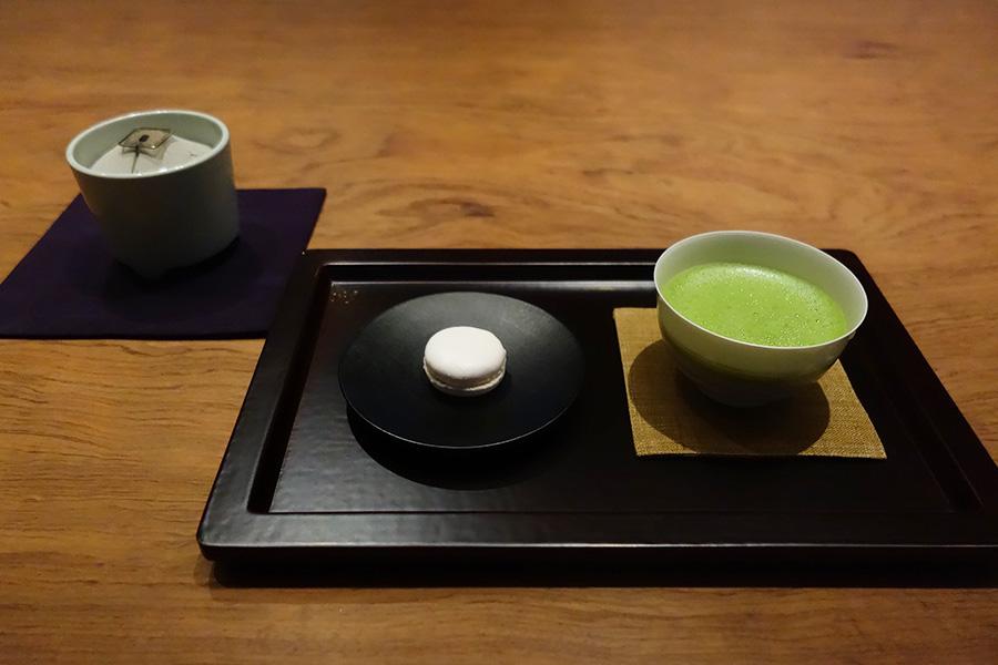 3月は桜の樹皮を乾燥させた生薬、桜皮のエキスを使ったサクラ餡のマカロン。抹茶は京都「一保堂茶舗」のもの