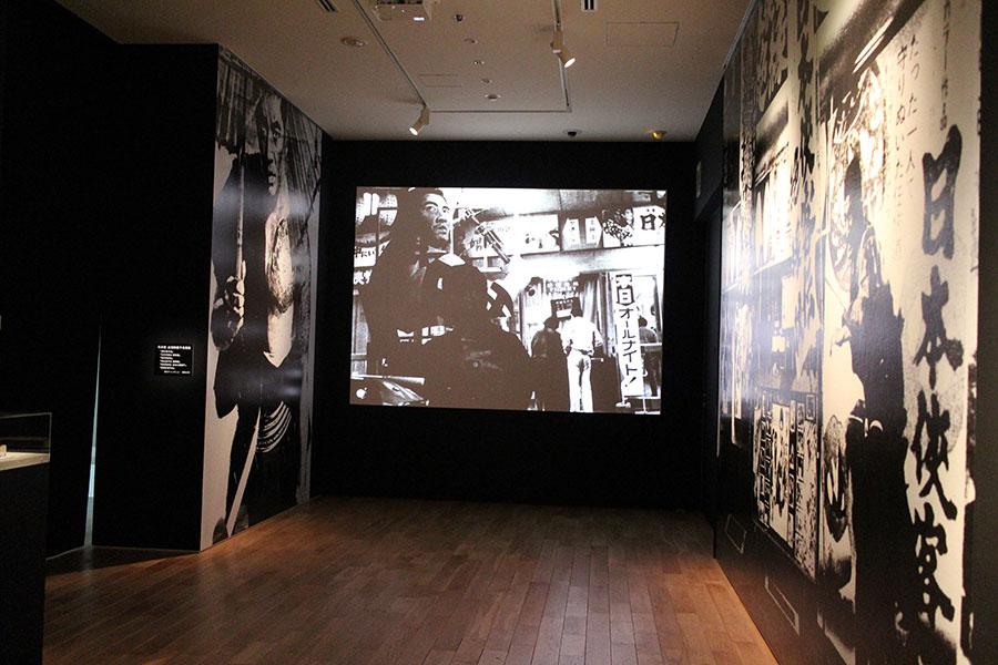 写真家の森山大道による、高倉健をモチーフにした作品(東京ステーションギャラリーでの展示風景)