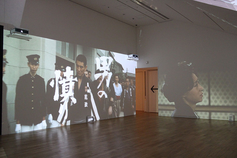 美術家の横尾忠則による、高倉健をモチーフにした作品(東京ステーションギャラリーでの展示風景)