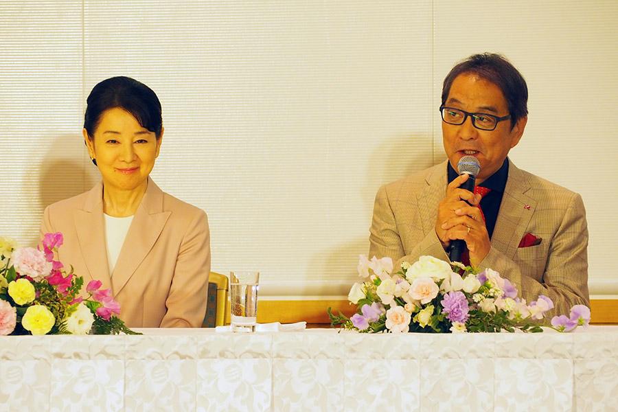主演の吉永小百合(左)と滝田洋二郎監督(15日・大阪市内)