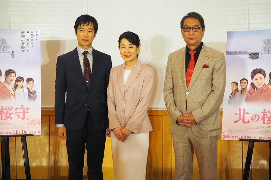 左から、堺雅人、吉永小百合、滝田洋二郎監督(15日・大阪市内)