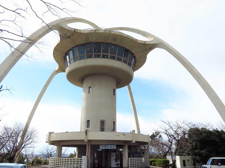 2本の放物線に囲まれるデザインが特徴的な「手柄山回転展望台」