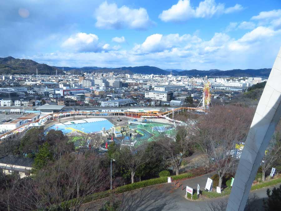 大きな窓からは、姫路市内が遠くまで見渡せる。眼下にあるのは、夏にはプールで賑わう「手柄山遊園」