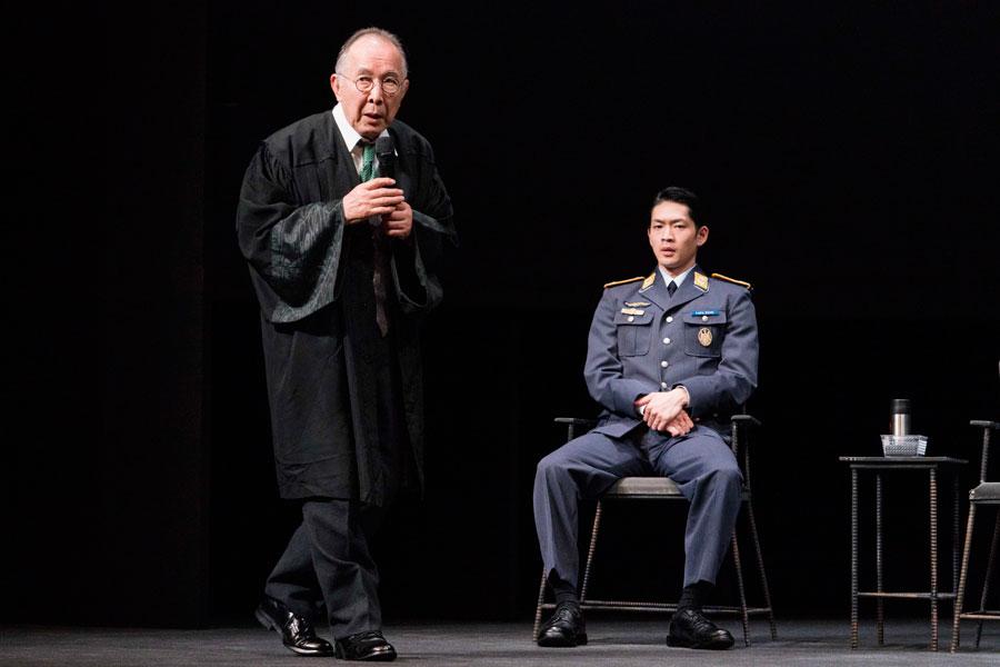弁護士役の橋爪功は、朗読劇版に引きつづき、難役に挑む