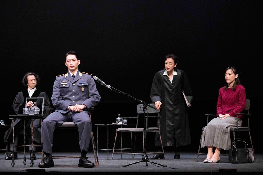 緊張感の漂う舞台。本作は、刑事事件の弁護士でもあったドイツの作家フェルディナント・フォン・シーラッハの初戯曲