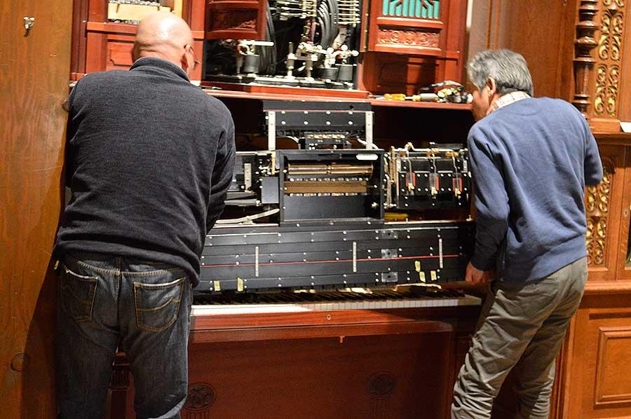 修復したのは、国内で自動演奏楽器の修復をおこなう脇田直紀さん(右)