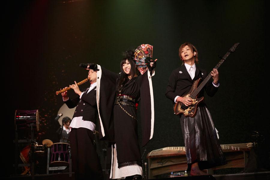 「大阪城ホール」で単独公演をおこなった和楽器バンド(左から尺八の神永、ボーカルの鈴華、ギターの町屋)