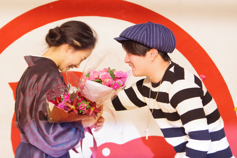 長期間の撮影を共にした濱田岳から花束を受け取り、涙を浮かべる葵