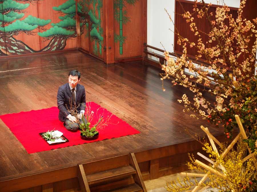 オープニングは能舞台で未生流中山文甫会の中山高昌がいけばなを披露し、その後に狂言『口真似』、能『田村』を上演。通常の能舞台にはない華やかさだ