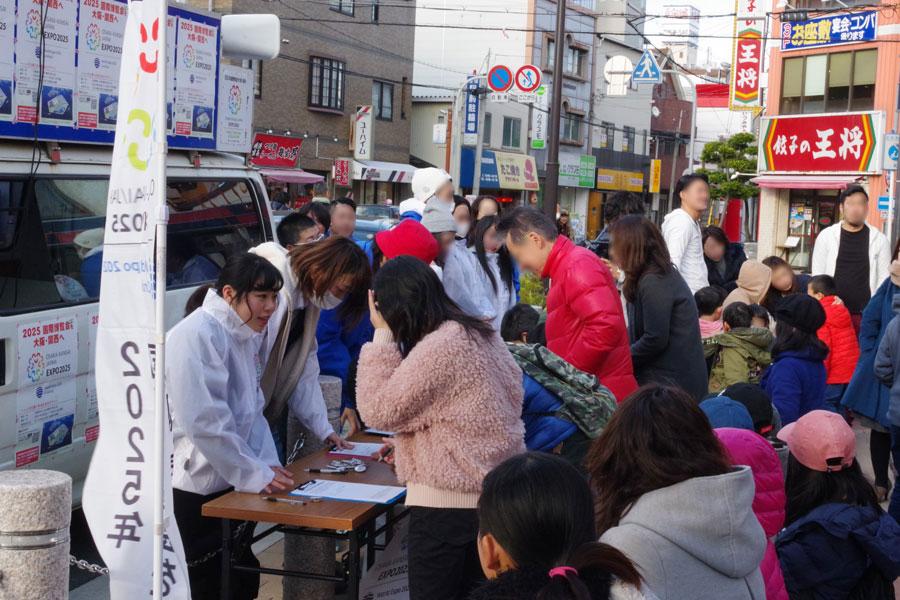 JR和泉府中駅の駅前には、多くの人が足を運び署名に参加した