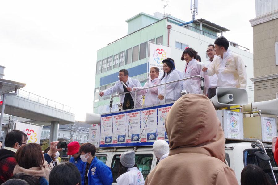 左からオール阪神、池乃めだか、島田珠代、すっちー、吉田裕。大勢の地域住民に囲まれ、賑やかに署名を呼びかけた