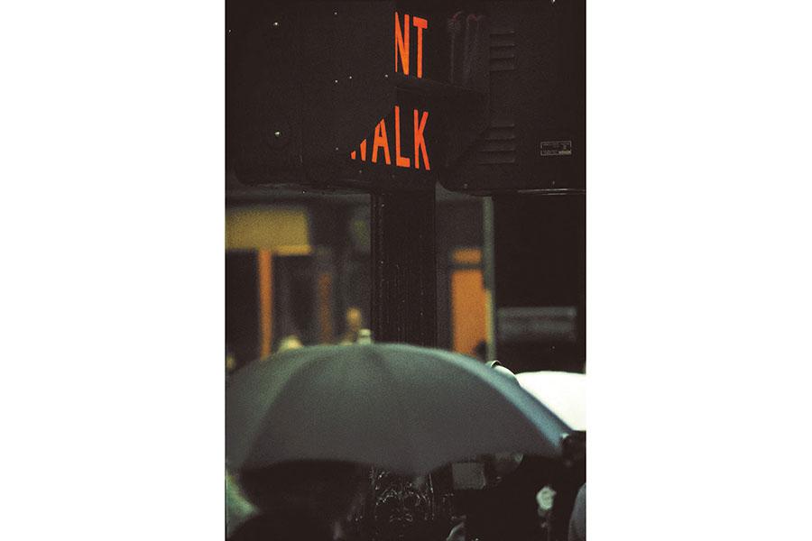 《赤信号》1952年 ソール・ライター財団蔵 ©Saul Leiter Foundation