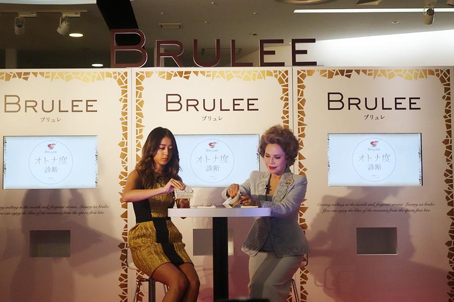 3月6日から関西で販売再開するアイス「ブリュレ」をいただく(左から)池田美優、デヴィ夫人